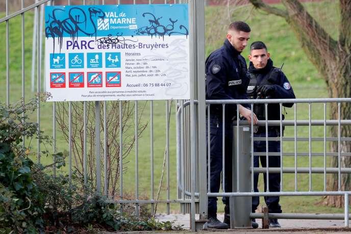 La police sécurise la zone où a eu lieu l'attaque, à Villejuif (Val-de-Marne), vendredi 3 janvier.