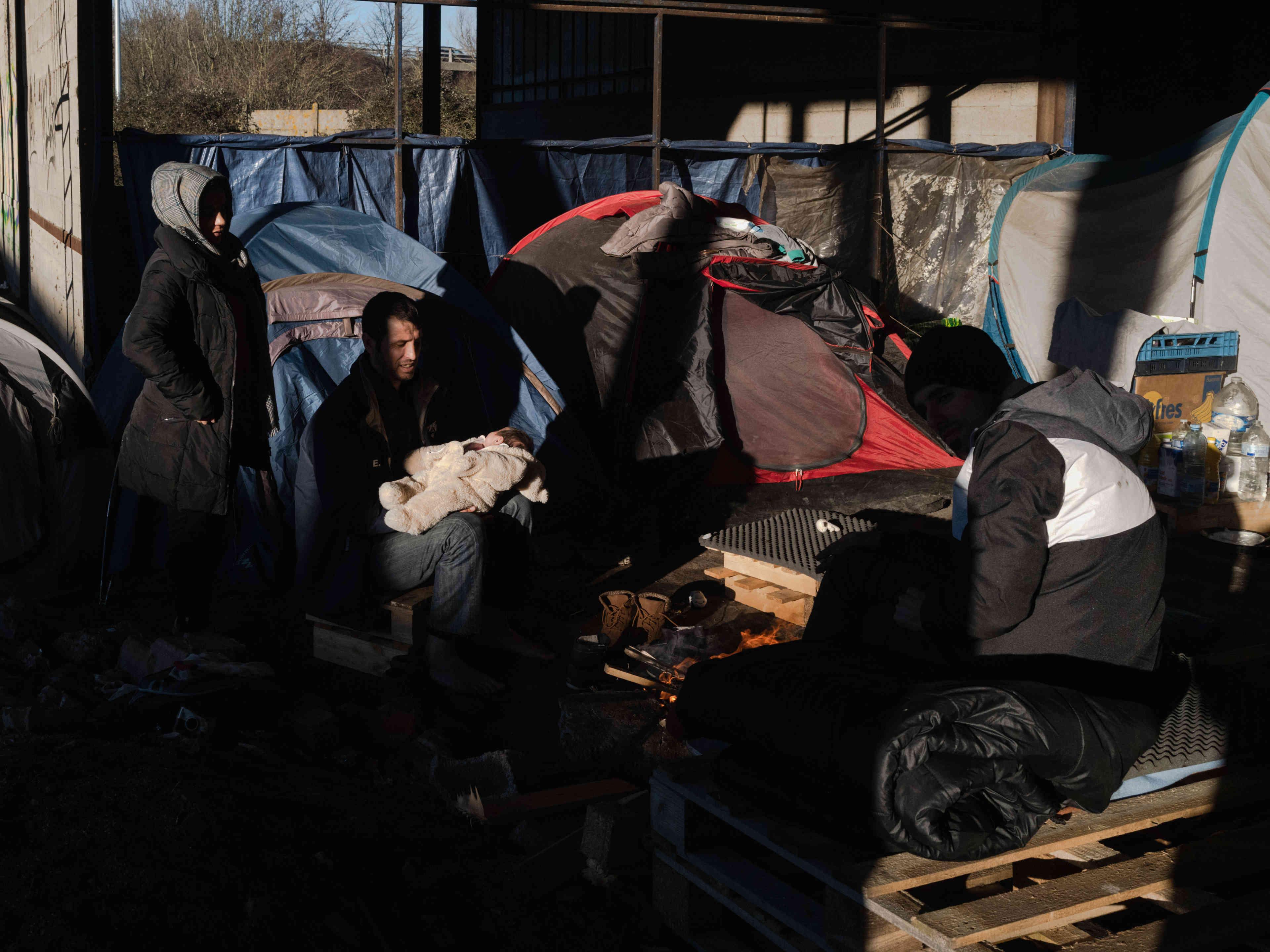 Une famille kurde Irakienne dans un hangaroù des centaines de migrants s'abritent,à Grande Synthe, le 30 décembre 2019.