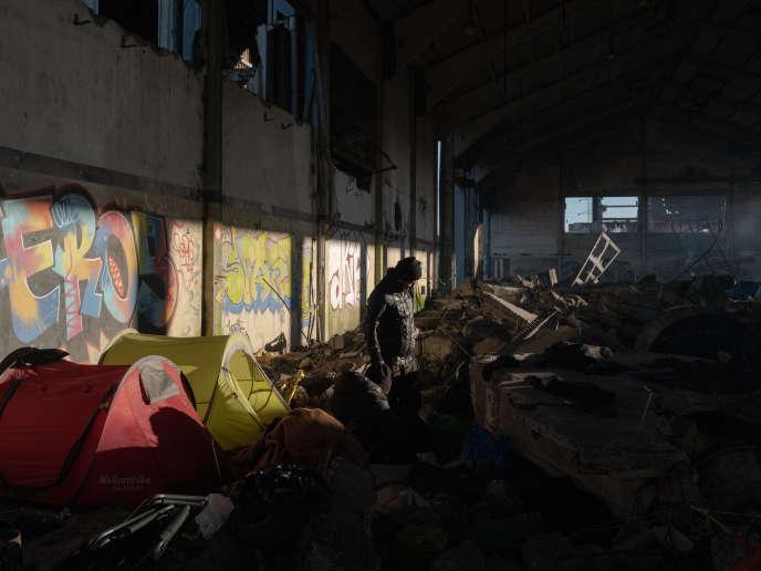 Des centaines de migrants ont trouvé refuge dans cet ancien hangar de la Linière, à Grande Synthe, le 30 décembre 2019.