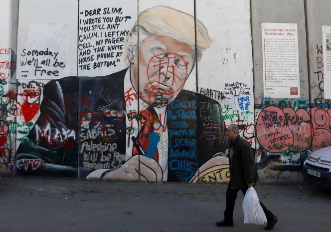 Une peinture murale du président américain Donald Trump sur la barrière de séparation controversée d'Israël dans la ville cisjordanienne de Bethléem, le 3 janvier.