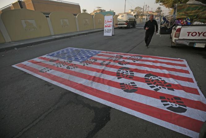 Un drapeau américain posé au sol, à Bagdad, en Irak, le 3 janvier.