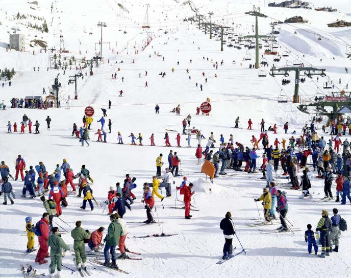 Les Menuires Quartett 2, 2000, de Massimo Vitali, artiste italien connu pour ses photographies de plages, de discothèques ou de pistes de ski.