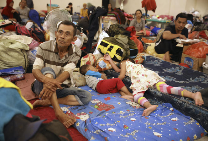 Des habitants de Djakarta se reposent dans un abri temporaire pour les personnes touchées par les inondations, vendredi3janvier2020.