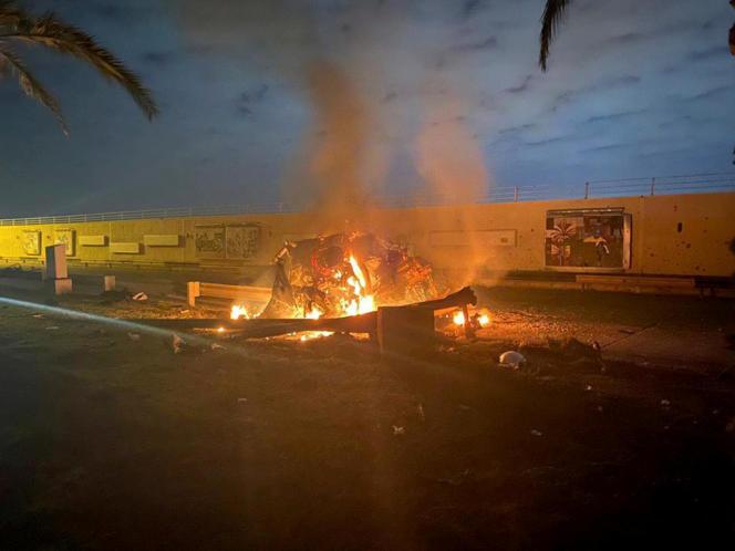 Des débris encore en feu, après l'attaque américaine sur un convoi à l'aéroport de Bagdad, le 3 janvier.