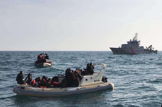Photo de la Société nationale de sauvetage en Mer (SNSM), du 18 février 2019, montrant des sauveteurs britanniques secourant des migrants dans la Manche.