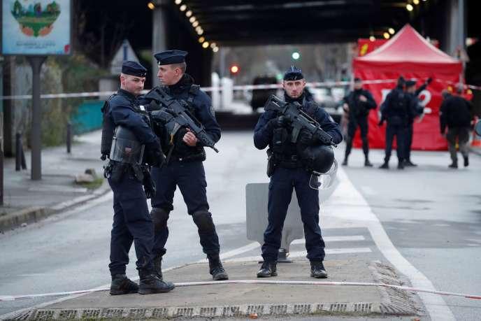 Des policiers sécurisent la zone où a eu lieu l'attaque au couteau, qui a fait un mort et deux blessés, à Villejuif, le 3janvier.