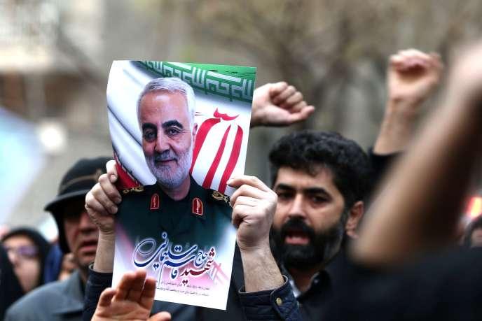 Des Iraniens manifestent contre l'assassinat du général Ghassem Soleimani, en face du bureau des Nations Unies, à Téhéran, le 3 janvier.