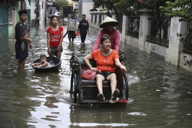 Dans une rue inondée de Djakarta, en Indonésie, samedi4janvier2020.