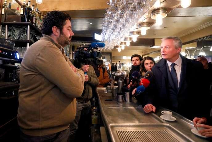 Bruno Le Maire est allé à la rencontre decommerçants pour parler de l'impact économique de la grève, à Paris, le 3 janvier.