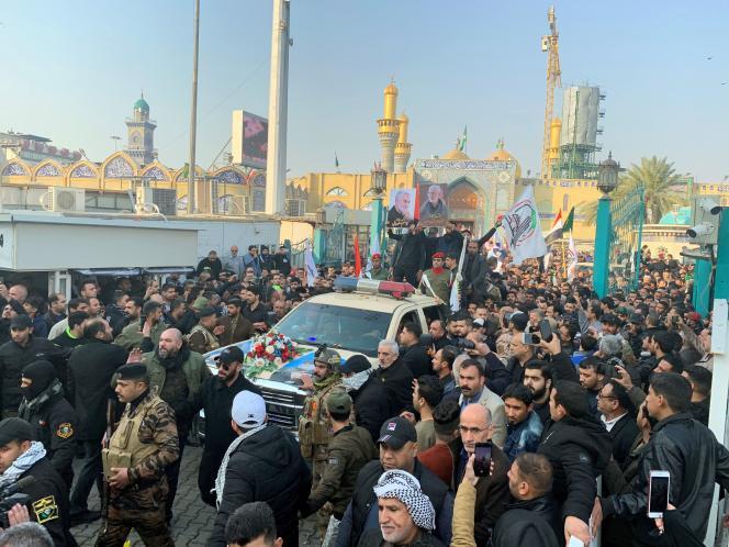 Des Irakiens sont rassemblés pour les funérailles du général iranienGhassem Soleimani, à Bagdad, le 4janvier.