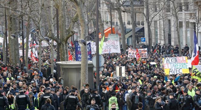 Des milliers de personnes ont manifesté contre la réforme des retraites, à Paris, le 4janvier.