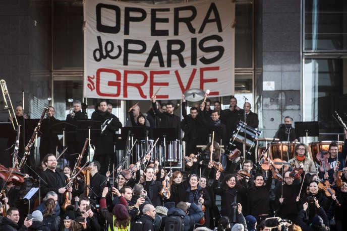 Des musiciens de l'Opéra de Paris, lors d'une manifestations contre la réforme des retraites, à l'Opéra de Paris Bastille, le 31 décembre 2019.