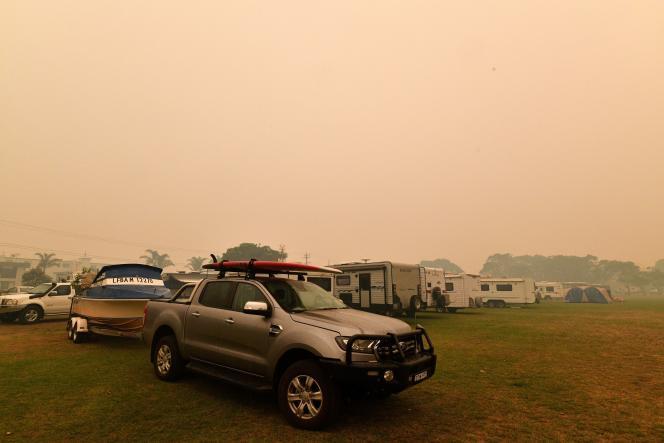 Des Australiens se réfugient sur une plage de Nouvelle-Galles du Sud pour fuir les incendies, le 5janvier.