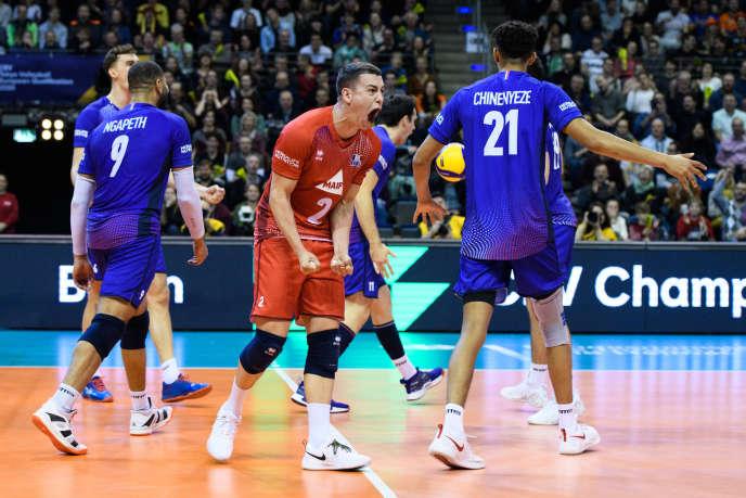 Jenia Grebennikov exulte, l'équipe de France de volley a battu la Serbie dimanche àBerlin.