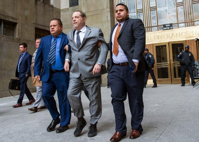 Harvey Weinstein, au centre, quitte la Cour suprême de Manhattan, à New York, le 6 décembre.