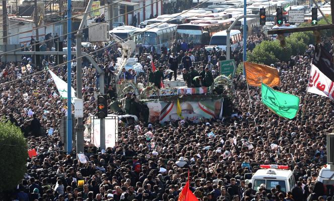 Une foule entoure les cercueils de Ghassem Soleimani et d'Abou Mahdi Al-Mouhandis, à Ahvaz (Iran), le 5janvier2020.
