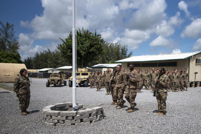 Des aviateurs lors d'une cérémonie de lever du drapeau, au Camp Simba, au Kenya, le 26 août 2019.