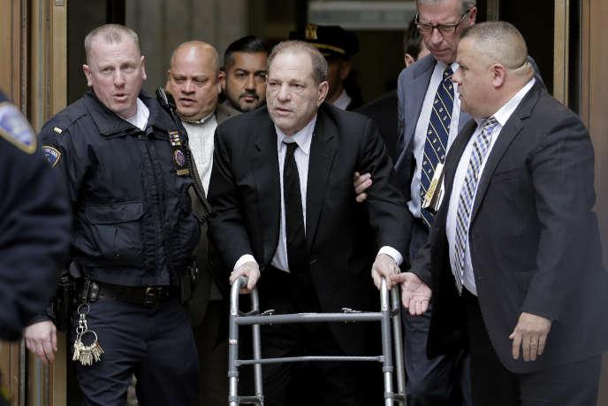 Harvey Weinstein quitte le tribunal de New York, lundi 6 janvier.