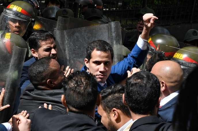 Le président du Parlement, Juan Guaido, est bloqué par l'armée alors qu'il tente d'atteindre l'Assemblée nationale, à Caracas, le 5 janvier.
