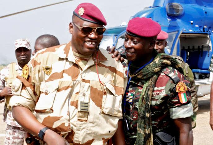 Issiaka Ouattara, alias Wattao (à gauche), en compagnie de Cherif Ousmane à l'aérport de Bouaké, en Côte d'Ivoire, le 13janvier 2017.