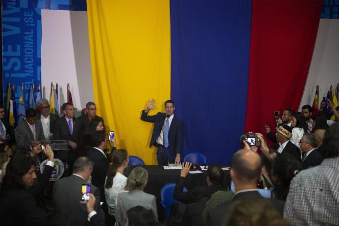Juan Guaido prête serment en tant que président de l'Assemblée nationale, au siège du journal «El Nacional», à Caracas, le 5 janvier.