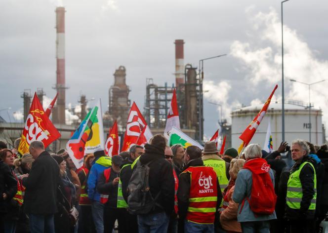 Employés et syndicalistes se réunissent devant la raffinerie Total, à Donges, le 2 janvier.