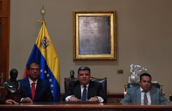 Luis Parra (au centre) pose après avoir prêté serment en tant que président duParlement, à l'Assemblée nationale de Caracas, le 5 janvier.