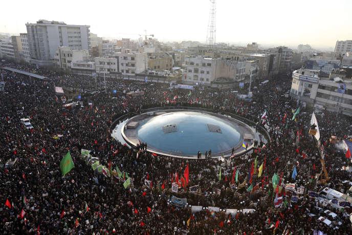 Une foule d'Iraniens rend hommage au général Ghassem Soleimani tué par une frappe américaine, le 6 janvier 2020 dans le centre de Téhéran.