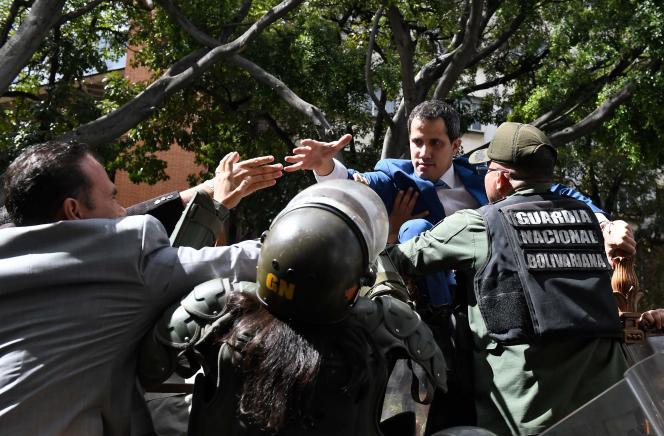 Le chef de l'opposition vénézuélienne, Juan Guaido, bloqué par les forces de l'ordre alors qu'il tente d'accéder au Parlement, le 5 janvier à Caracas.