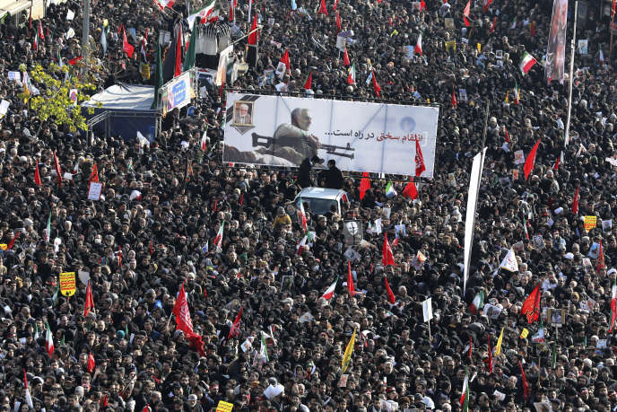 Estimée à « plusieurs millions» par la télévision d'Etat iranienne, la foule alterne moments de recueillement et explosions de colère, aux cris de « Mort à l'Amérique ! »
