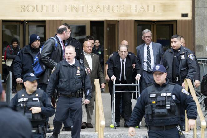 Harvey Weinstein quitte le tribunal de New York, entouré de ses avocats, le lundi 6 janvier 2020.