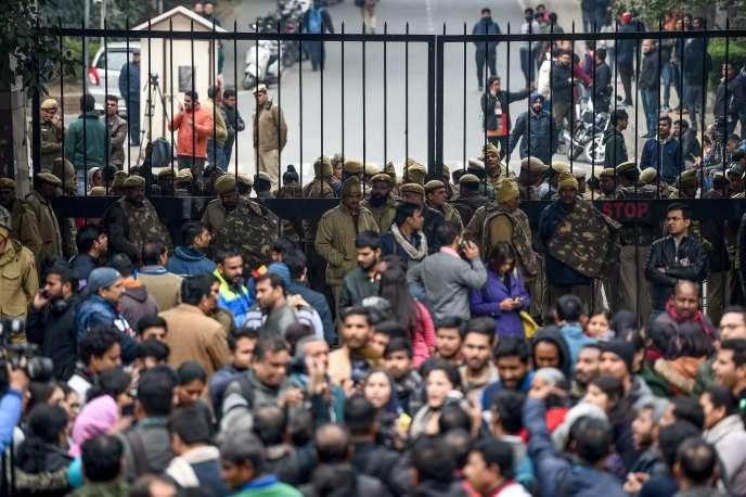 Des militants, des étudiants et des policiers devant l'université Jawaharlal Nehru, à New Delhi, le 6 janvier.