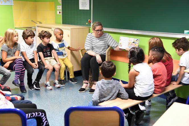 Une enseignante avec ses élèves au premier jour de la rentrée scolaire 2019, à l'école Toussaint Louverture, à Clichy-la-Garenne, au nord de Paris.