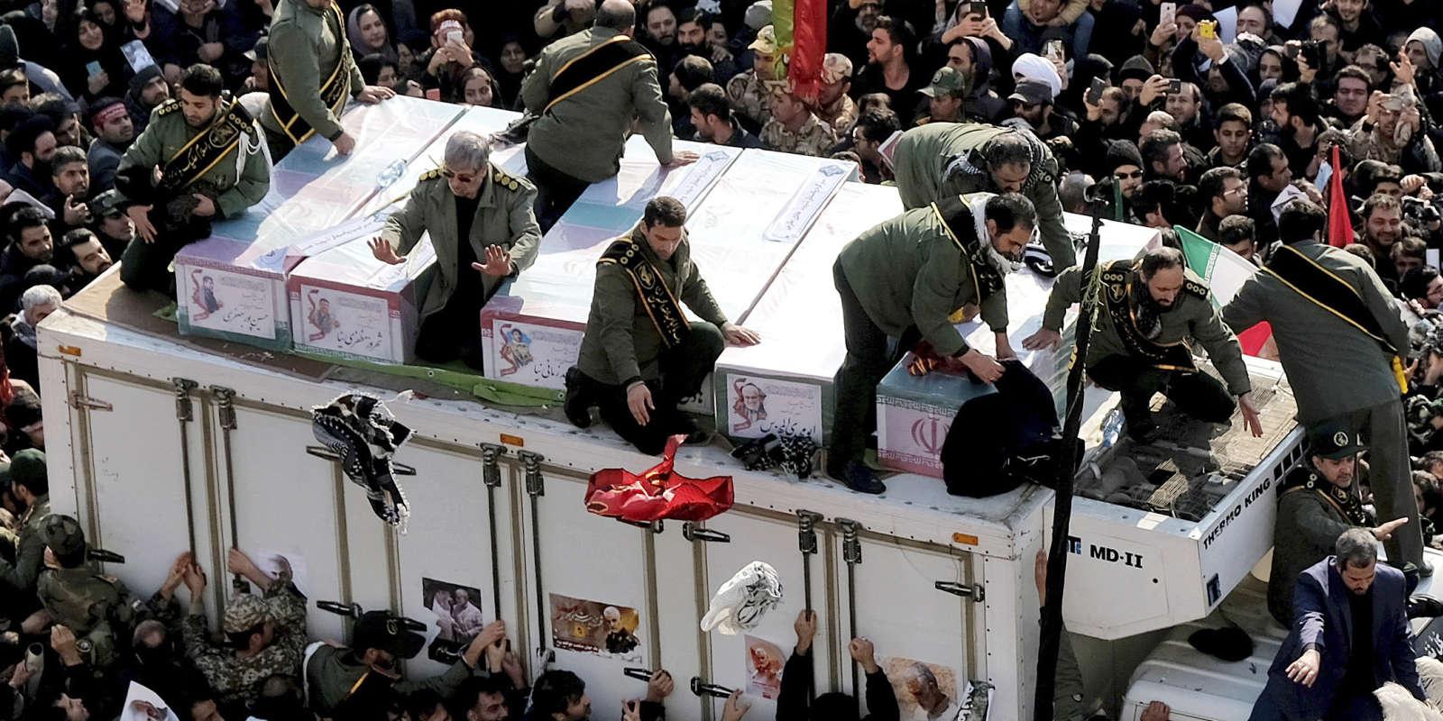 Les cercueils du général Soleimani et des autres Iraniens tués en Irak lors d'une frappe américaine. Ici à Téhéran, le 6 janvier.
