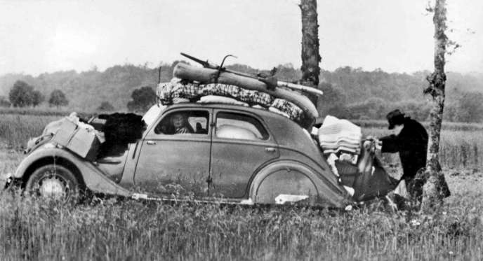 Juin 1940 : des Français sur les routes de l'exode, fuyant l'avancée allemande.