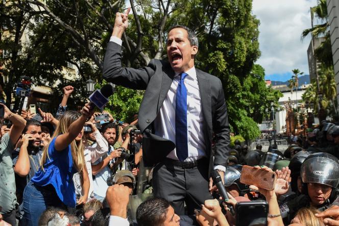 Juan Guaido tentant de rejoindre l'Assemblée nationale, mardi 7janvier.