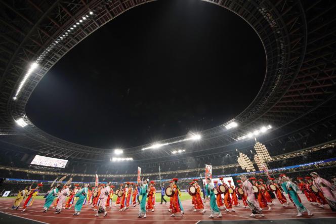Des danseurs célèbrent l'ouverture du nouveau stade olympique national de Tokyo, le 21 décembre.