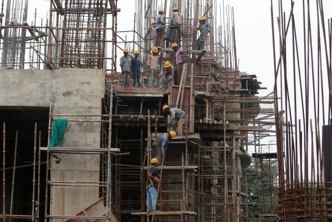 Des ouvriers construisent une station de métro à Calcutta, en juillet 2019.
