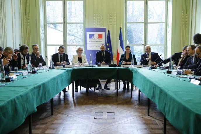 Le premier ministre, Edouard Philippe, et les représentants syndicaux, lors de la réunion de concertation, le 7 janvier à Paris.