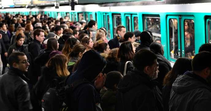 Des usagers patientent pour monter dans le métro sur un quai à la station Saint-Lazare, mardi 7janvier.