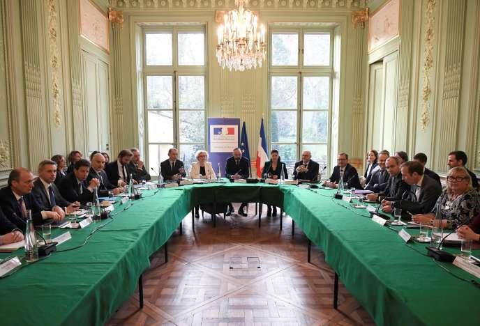 Au fond, de gauche à droite, Olivier Dussopt, Muriel Pénicaud, Edouard Philippe, Agnès Buzyn et Laurent Pietraszewski, lors d'une rencontre avec les partenaires sociaux, à Paris, le 7 janvier.