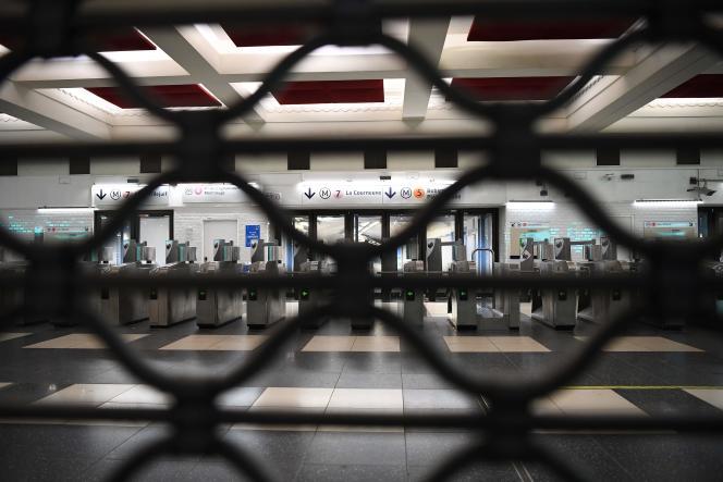 Une station de métro fermée, à Paris, le 5 décembre 2019.