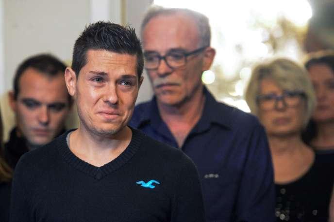 Jonathann Daval, aux côtés des parents de son épouse,lors d'une conférence de presse, le 2 novembre 2017.