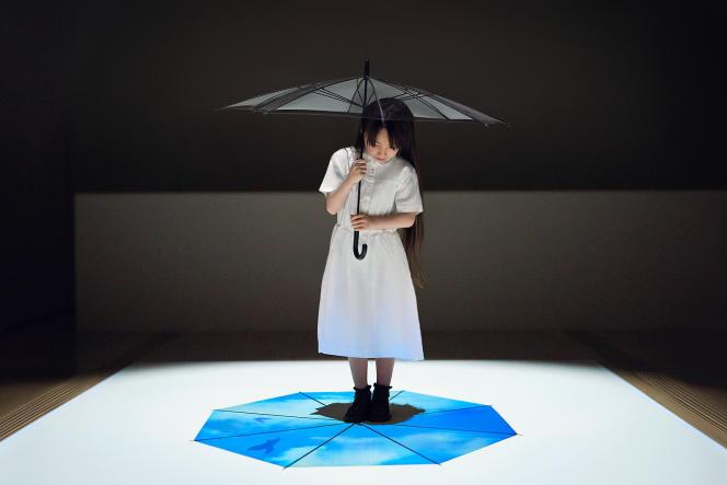 L'ombre du parapluie dévoile des images animées de pluie et de fleurs.