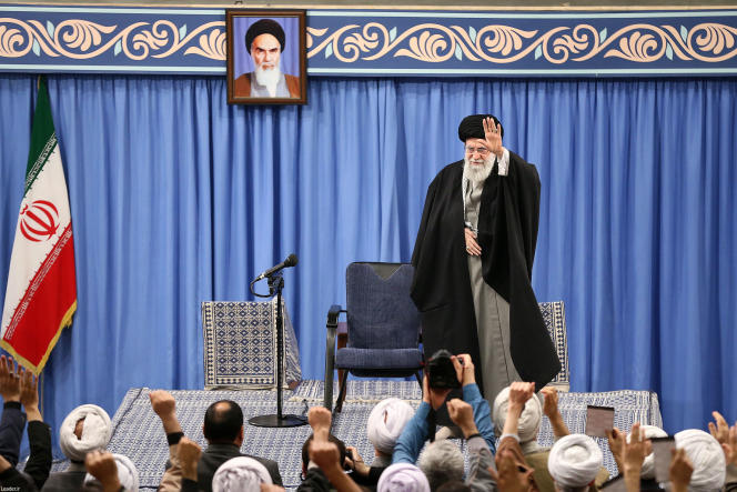 Le Guide suprême iranien, l'ayatollah Ali Khamenei, lors d'un meeting à Téhéran, le 8 janvier (photo transmise par les autorités iraniennes).