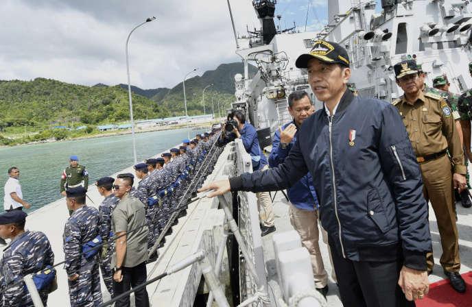 Le président indonésien Joko Widodo sur le pont du navire de la marine indonésienne KRI Usman Harun au port de Selat Lampa, aux îles Natuna, mercredi 8 janvier.