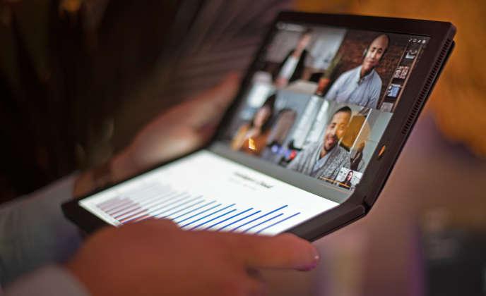 Le Lenovo Thinkpad X1 Fold est doté d'un écran souple qui se plie en deux.