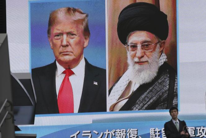 Le président américain Donald Trump et le Guide suprême de la Révolution islamique Ali Khamenei, en photos sur un grand écran à Tokyo, le 8 janvier.