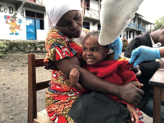 Une fillette est vaccinée contre la rougeole, à Goma, en RDC, le 11décembre 2019.