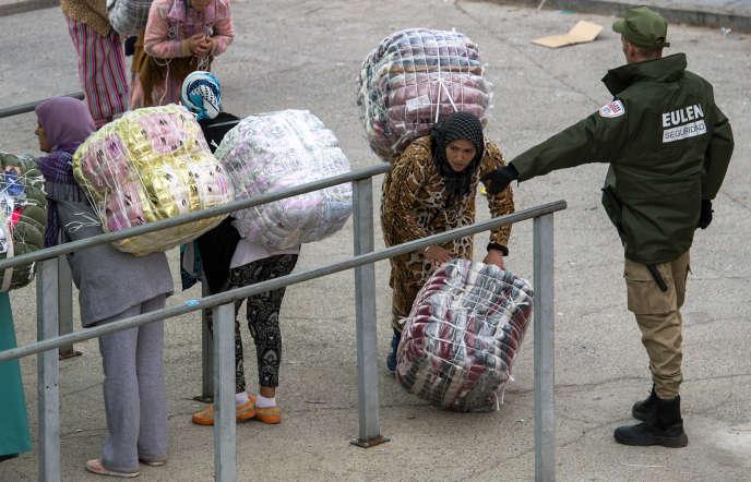 Des porteuses de marchandises à la frontière entre le Maroc et l'enclave espagnole de Ceuta, en septembre 2017.